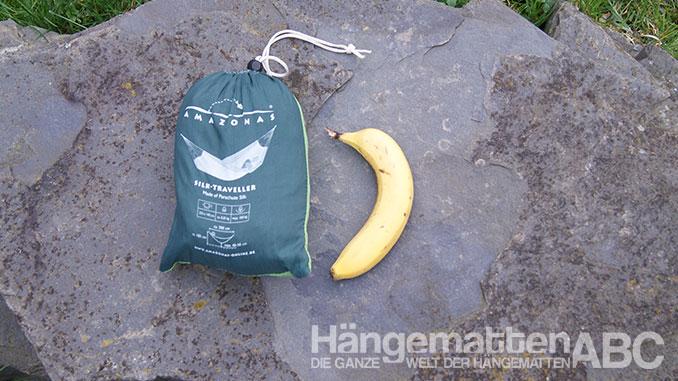 Amazonas Silk Traveler Reisehängematte und Banane im Größenvergleich