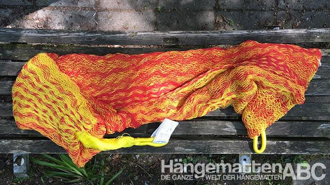 Ausgepackte Netzhängematte in rot und gelb