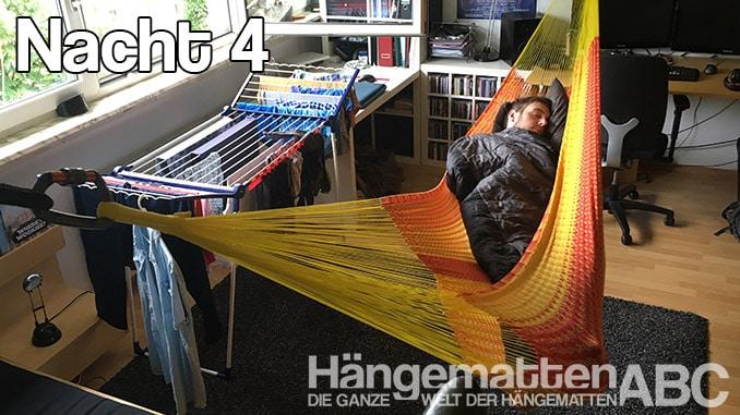 Mit Schlafsack in der Netzhängematte