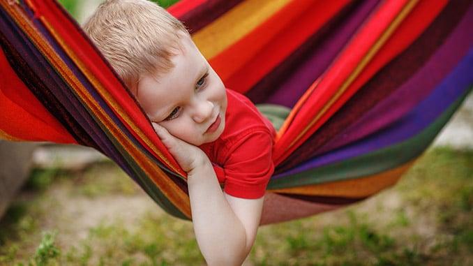 Kind entspannt in der Hängematte