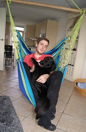 Im Hängesessel mit Hund