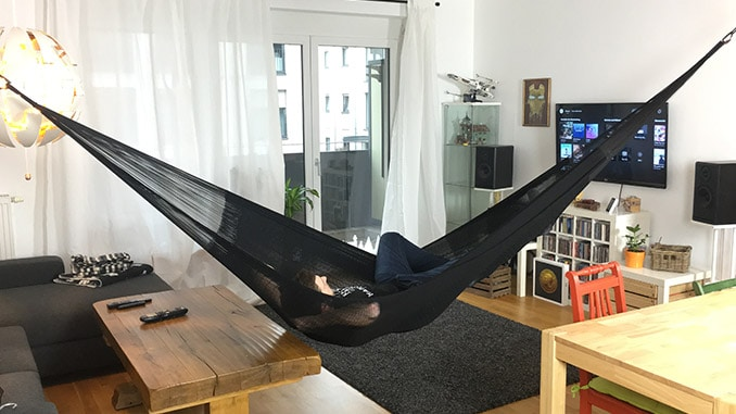 Mann liegt diagonal in der Hamacama Heaven Netzhängematte