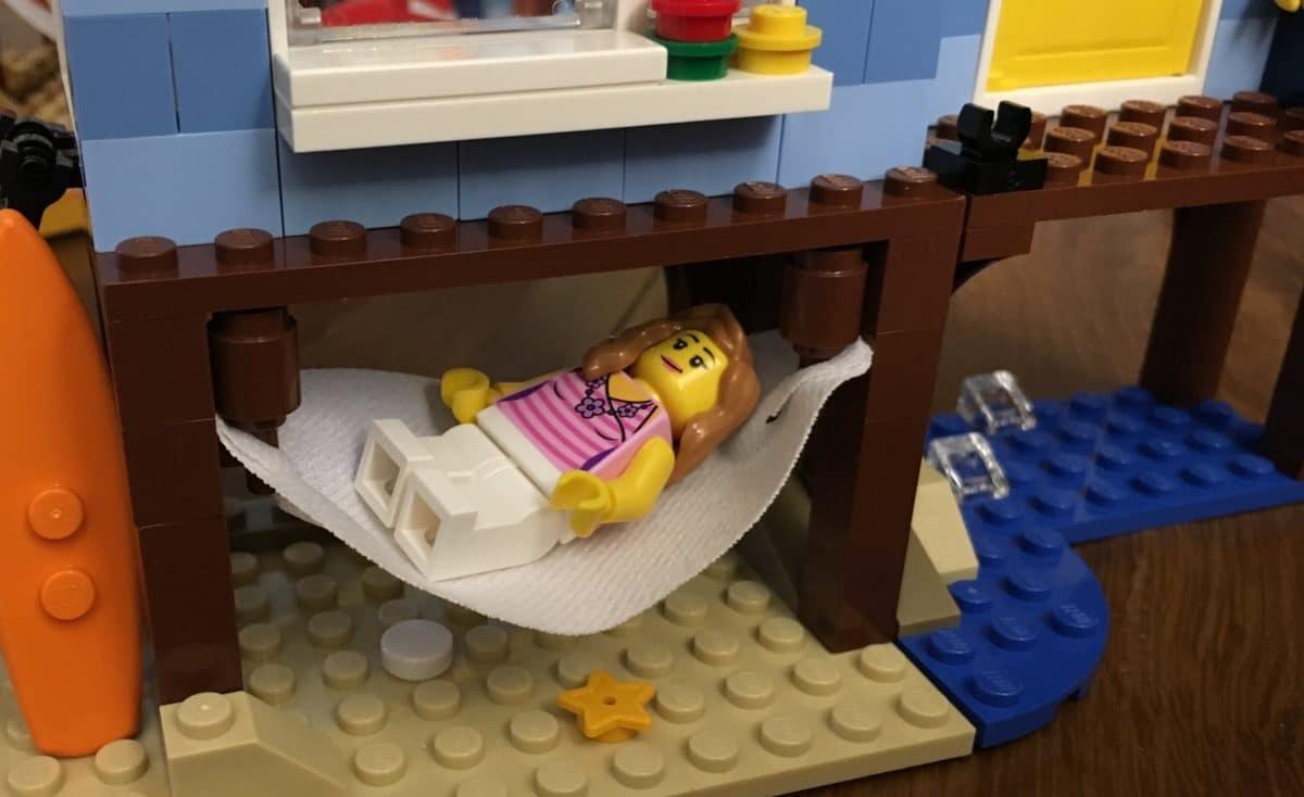 Minifigur in einer LEGO Hängematte